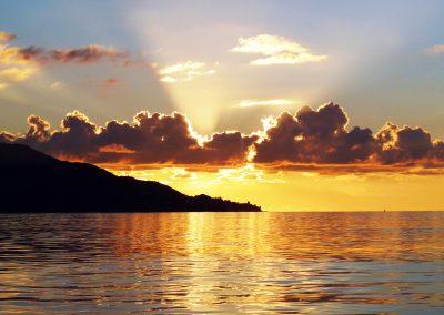 mindful-photography_by-jonnyjelinek_travels_goldensunsetislandsilhouette-seychelles